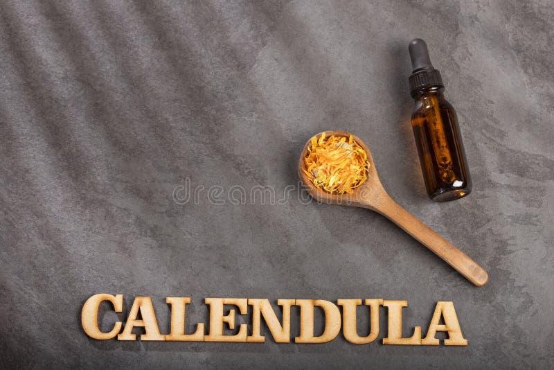 Nödvändig olja för Aromatherapy med ringblommablommor - Calendulaofficinalis Top beskådar royaltyfri fotografi