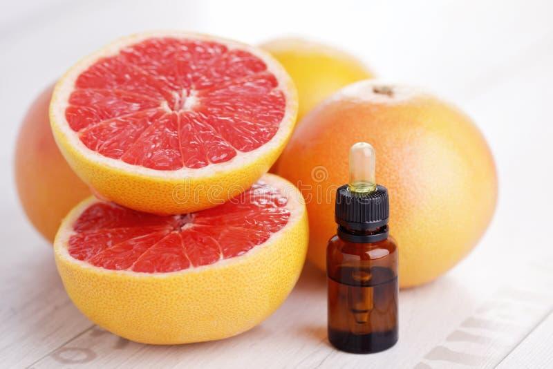 Nödvändig olja för grapefrukt arkivfoton