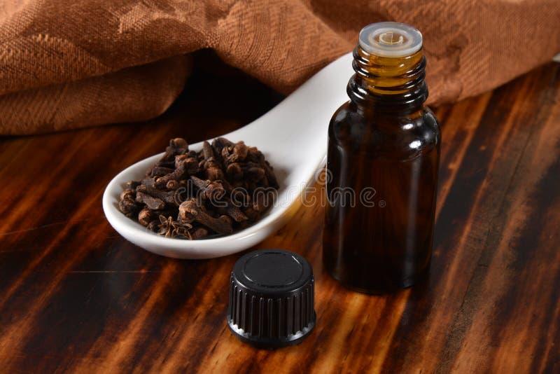 Nödvändig olja för kryddnejlika royaltyfria bilder