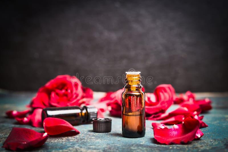 Nödvändig olja för rosor för kosmetiska produkter, aromatherapybehandling arkivfoto