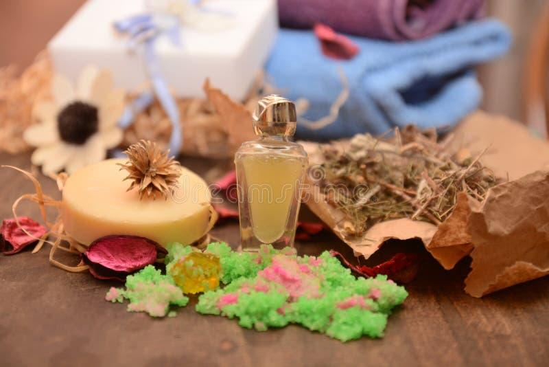 Nödvändig olja och tvål som är handgjorda för de kroppwellnessörterna och blommorna, saltar badet royaltyfria foton