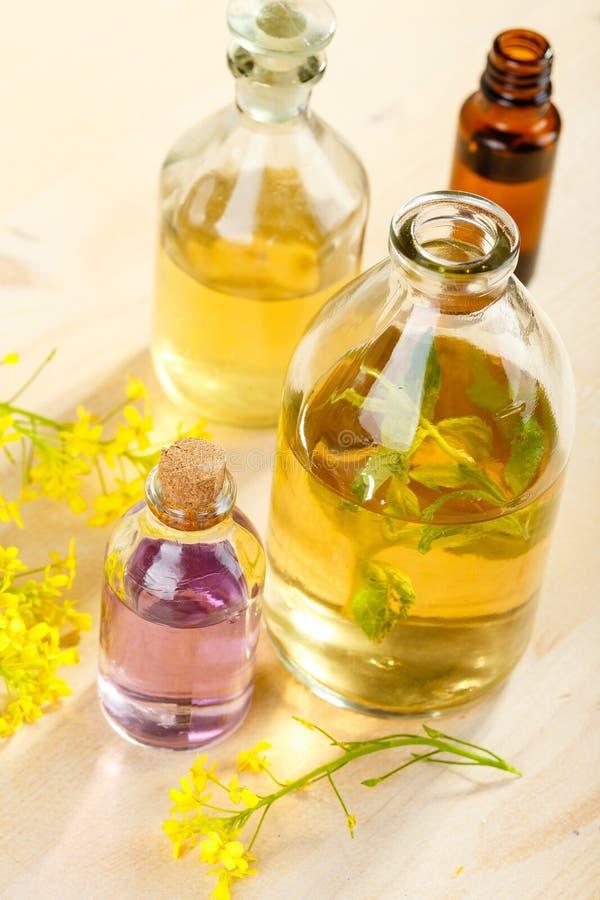Nödvändiga oljor och lösa blommor arkivbilder