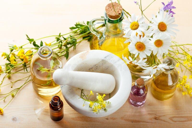 Nödvändiga oljor och lösa blommor royaltyfri fotografi