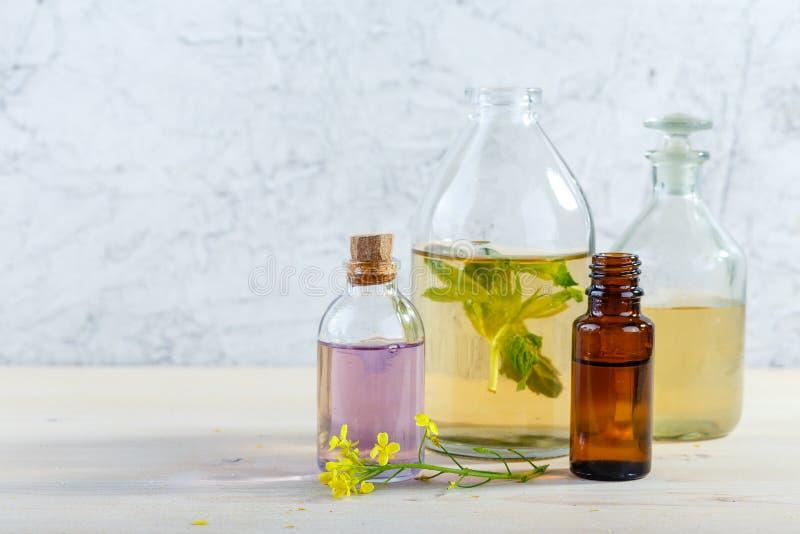 Nödvändiga oljor och lösa blommor royaltyfria bilder
