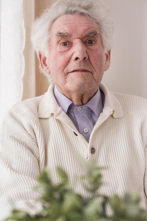 Nöjd äldre man arkivbilder