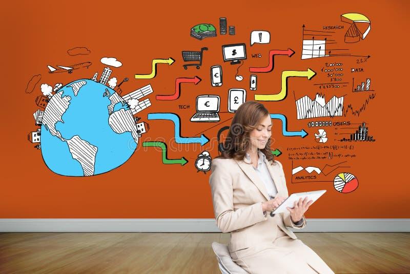 Nöjd affärskvinna som använder en minnestavlaPC som sitter på stol royaltyfri fotografi