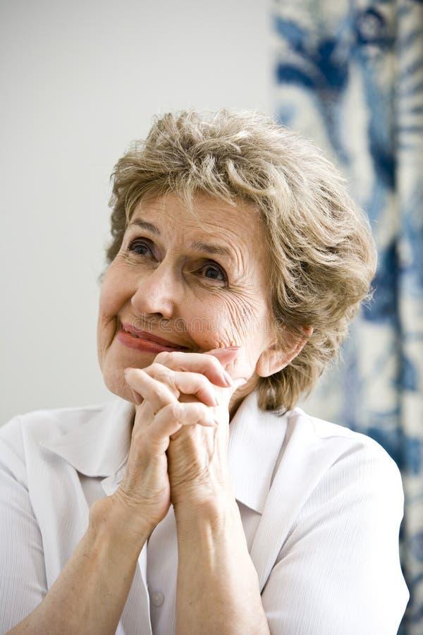 nöjd gammalare kvinna arkivfoto