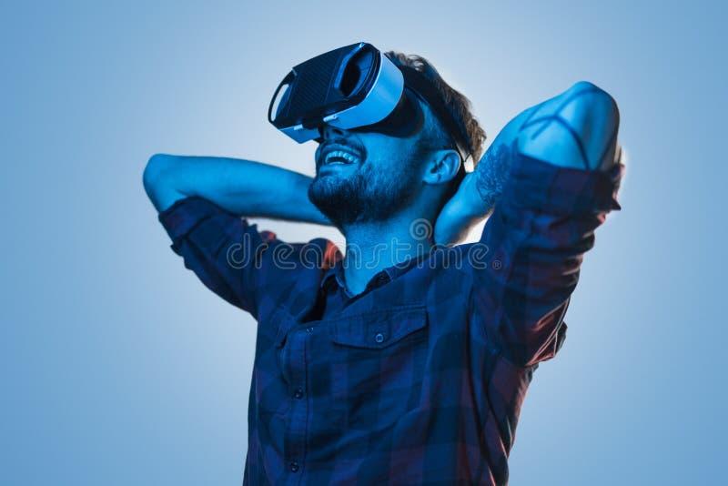 Nöjd man som tycker om VR-grejen arkivbild