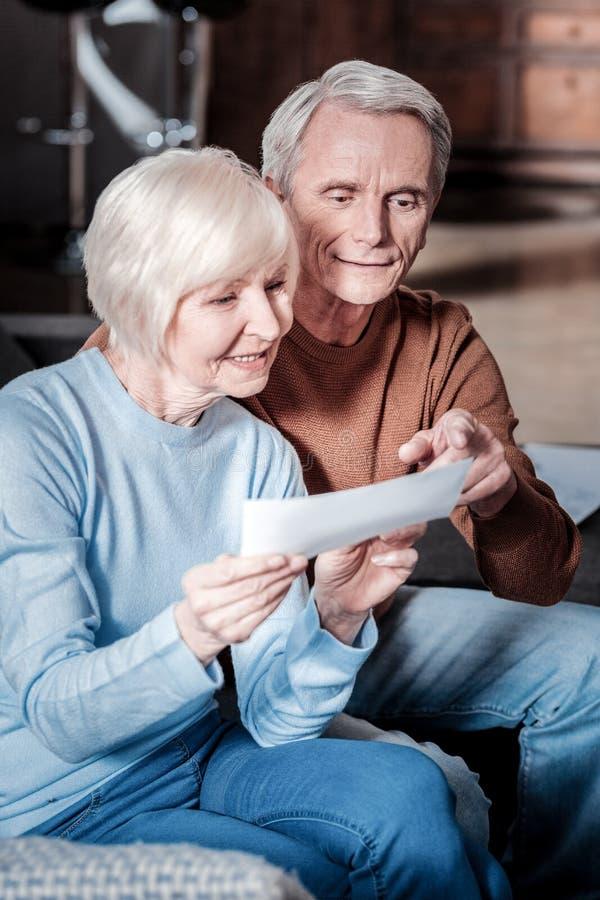 Nöjda avgångar som räknar deras pension royaltyfria foton