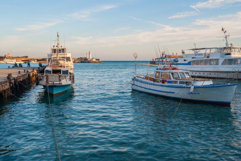 Nöje och fiskebåtar väntar på turisterna royaltyfri fotografi