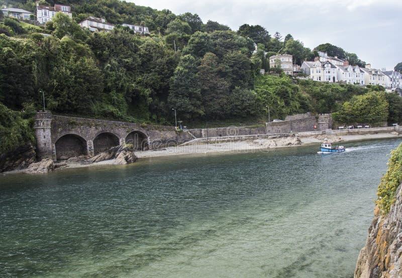 Nöjefartyg i den Looe breda flodmynningen Cornwall royaltyfri foto