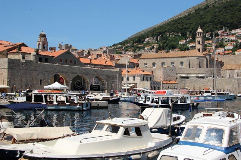 Nöjefartyg i fjärden av den gamla staden av Dubrovnik i Kroatien, Europa fotografering för bildbyråer