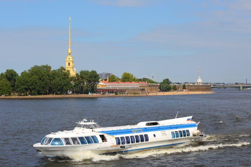 Nöjefartyg på den Neva floden arkivbilder