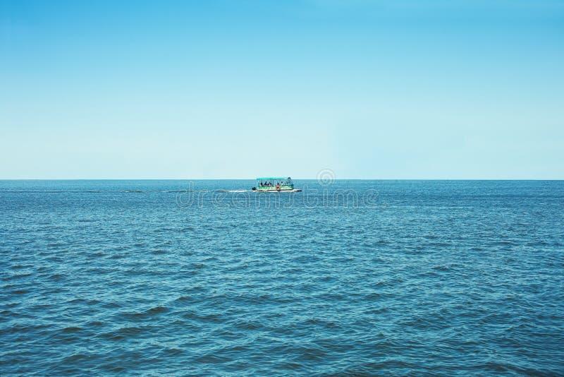 Nöjefartyg på havet arkivbild