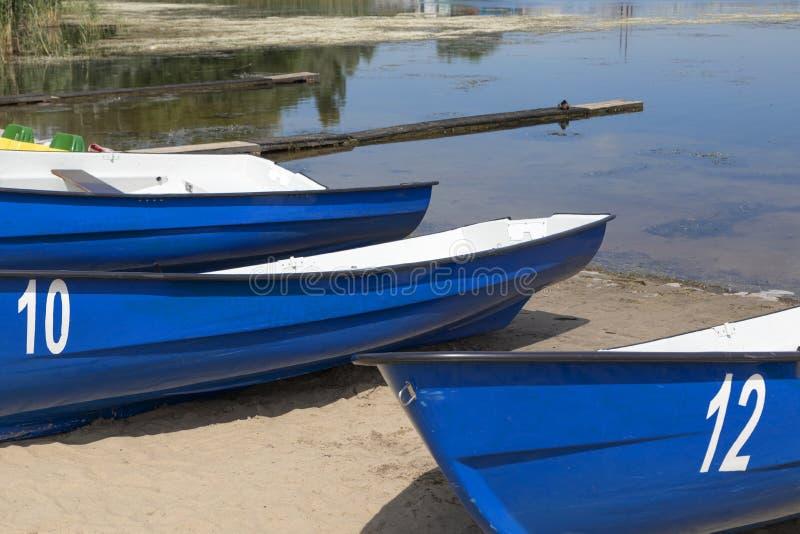 Nöjefartyg som parkerar på floden arkivfoton