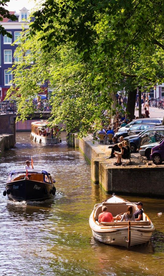 Nöjefartyget svävar på kanalen i Amsterdam, Nederländerna royaltyfria bilder