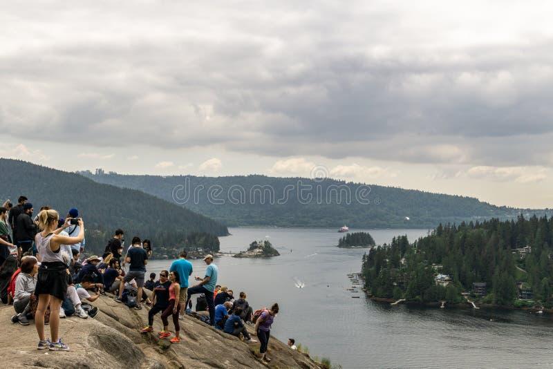 NÖRDLICH VANCOUVER, KANADA - 21. Mai 2018: Leute auf Steinbruch-Felsenausblick am bewölkten Frühlingstag lizenzfreie stockbilder