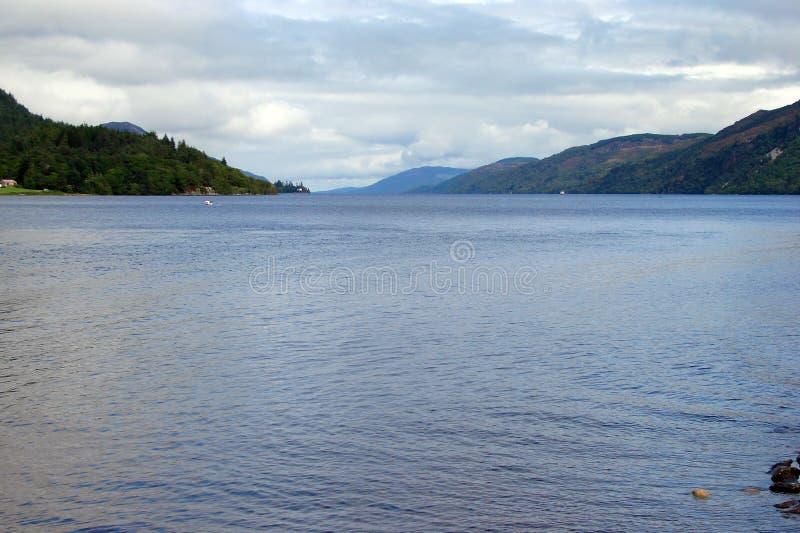 Nördlicher Teil von Schottland Naturlandschaften von zahlreichen Seen, von Wäldern und von schottischen Bergen lizenzfreie stockfotos