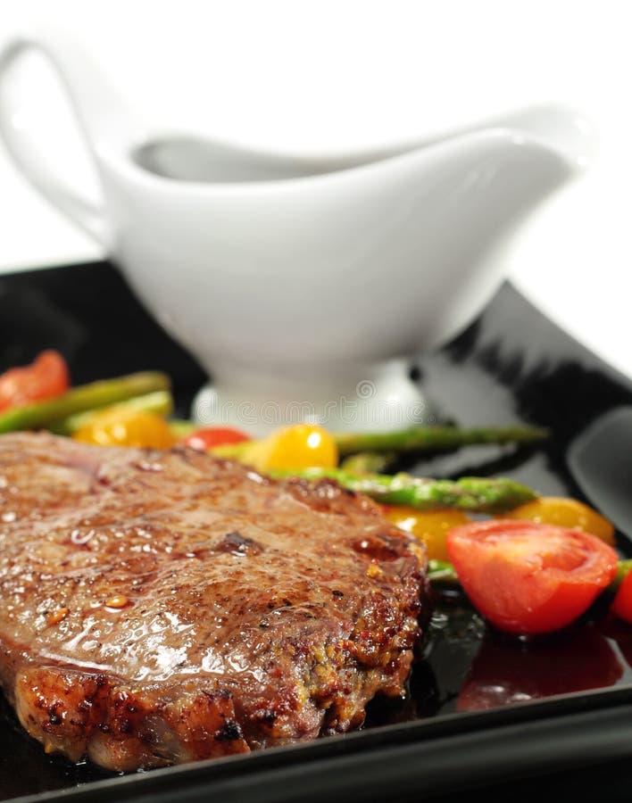 nötkött braised grillade grönsaker royaltyfri foto