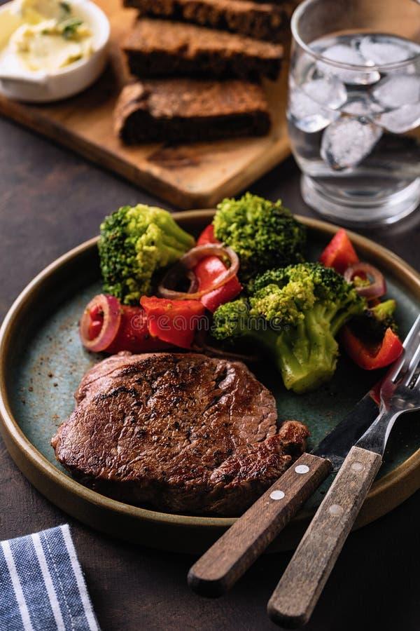 nötkött grillade steakgrönsaker Kött med grillade spansk peppar, broccoli och lökar arkivbilder