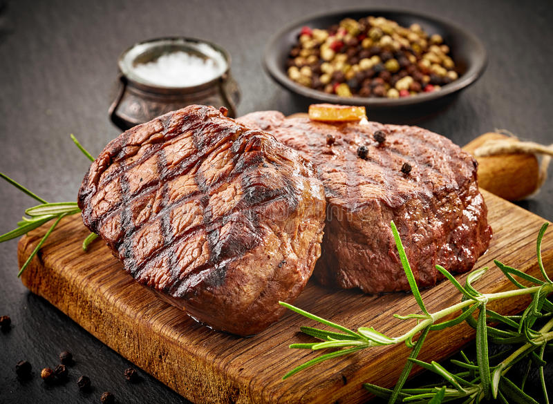nötkött grillade steaks arkivbild