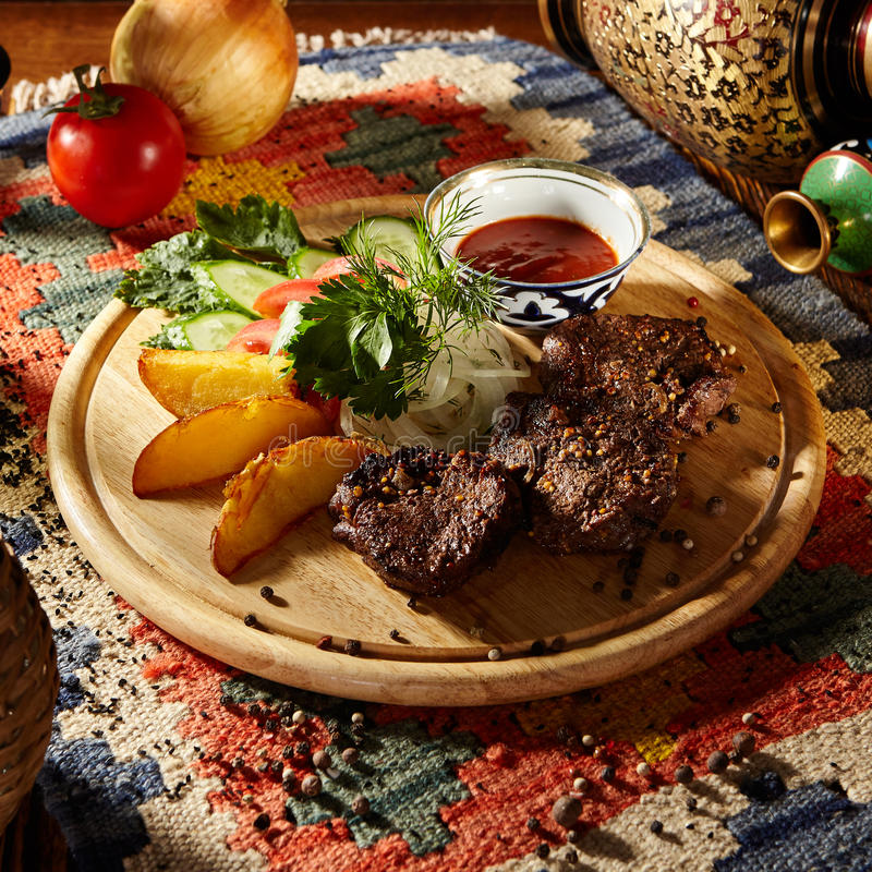 Download Nötkött grillade steaks fotografering för bildbyråer. Bild av varmt - 76702941
