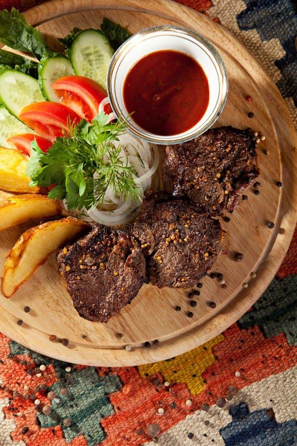 Download Nötkött grillade steaks arkivfoto. Bild av matlagning - 76702958