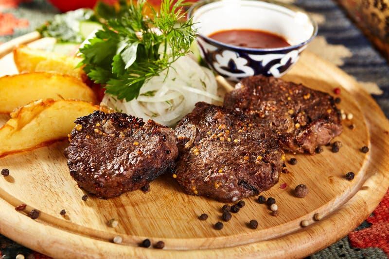 Download Nötkött grillade steaks arkivfoto. Bild av restaurang - 76702972