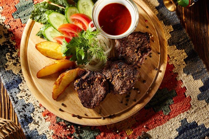 Download Nötkött grillade steaks arkivfoto. Bild av mörkt, kock - 76702998