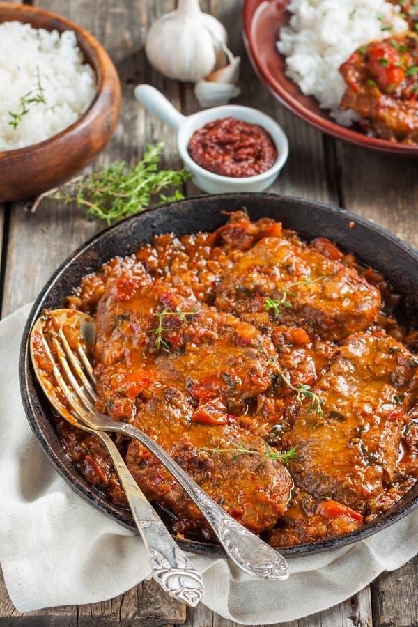 Nötkött i en kryddig tomatsås med ris arkivbild