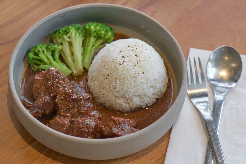 Nötkött lät småkoka i soya med ris Lagat mat n?tk?ttk?tt i asiatisk stil royaltyfri bild