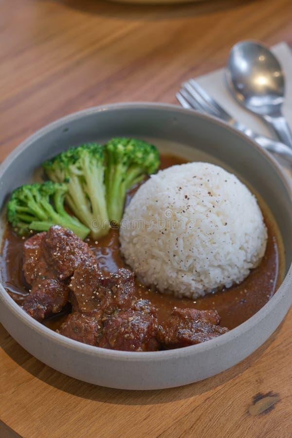Nötkött lät småkoka i soya med ris Lagat mat n?tk?ttk?tt i asiatisk stil arkivbilder