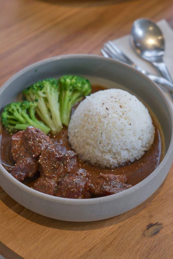 Nötkött lät småkoka i soya med ris Lagat mat n?tk?ttk?tt i asiatisk stil arkivbild