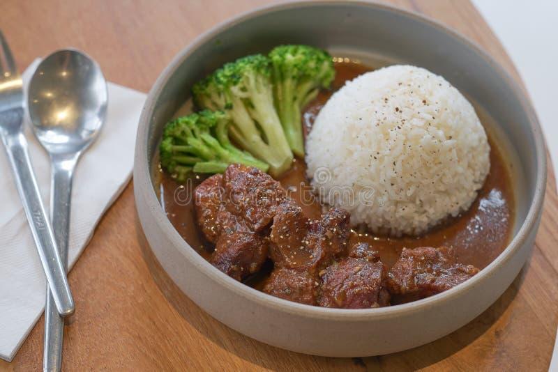 Nötkött lät småkoka i soya med ris Lagat mat n?tk?ttk?tt i asiatisk stil arkivfoton