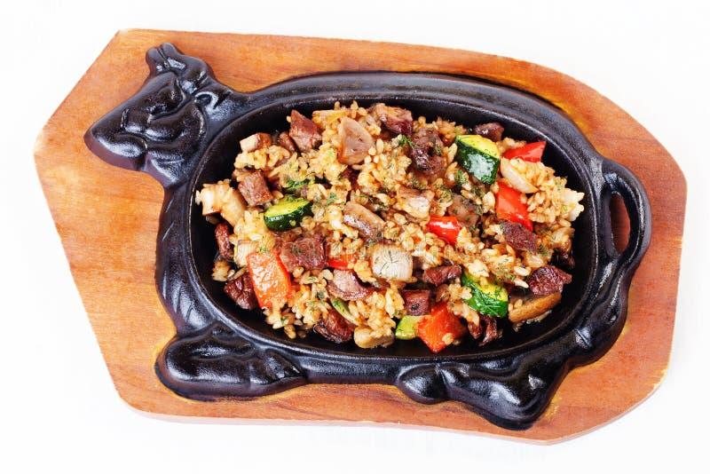 Nötkött med kött och grönsaker i form av järn royaltyfria bilder