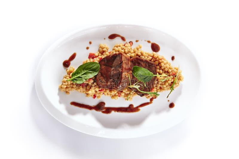 Nötkött med Ptitim eller Birdy och parmesanost royaltyfri foto