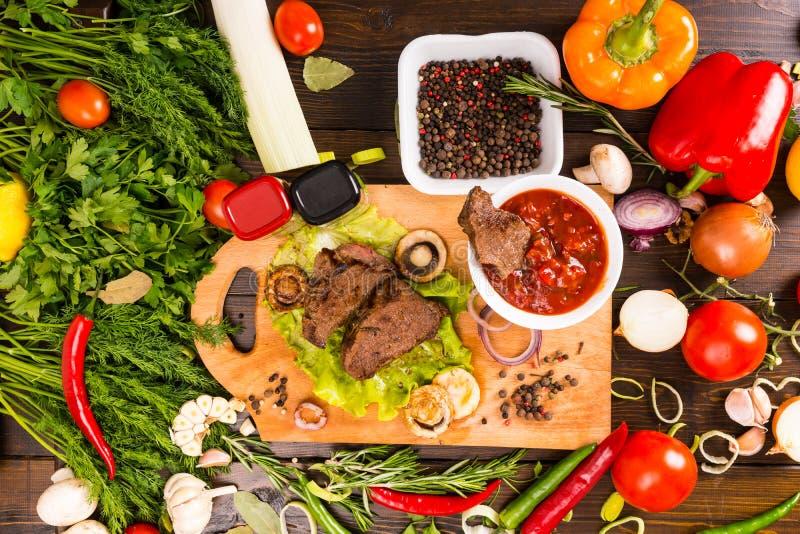 Nötkött med salsa och skottpengar av nya grönsaker arkivbilder