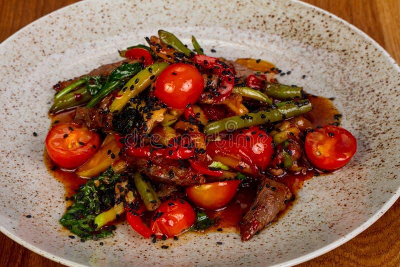 Nötkött med tomaten arkivbilder