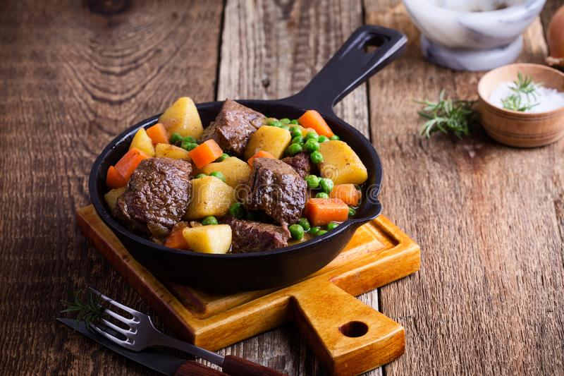 Nötkött- och grönsakragu med potatisar fotografering för bildbyråer