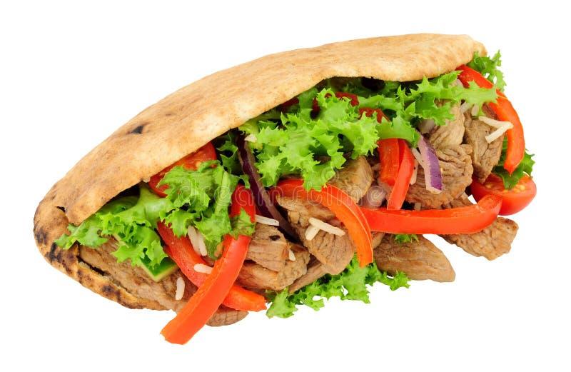 Nötkött och sallad fyllt Pitta bröd arkivbild