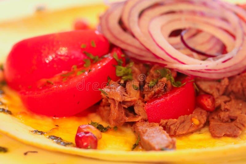 Nötkött- och tomatsallad arkivbilder