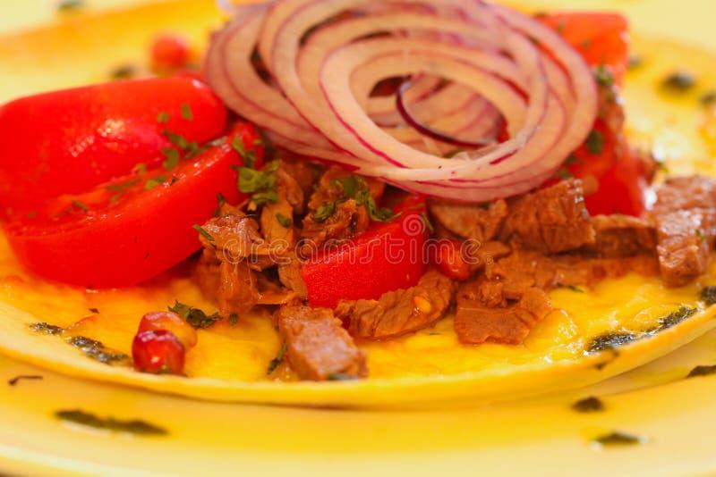 Nötkött- och tomatsallad arkivfoton