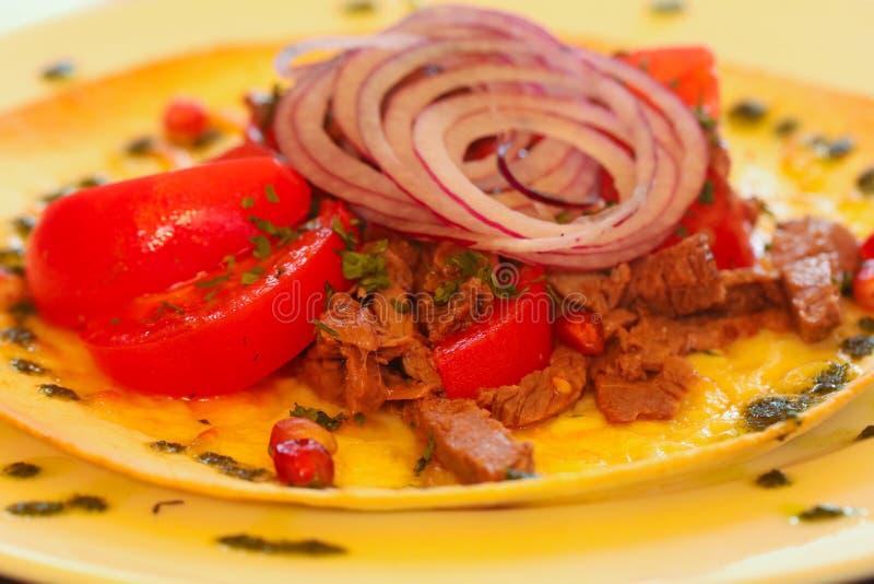 Nötkött- och tomatsallad royaltyfria bilder