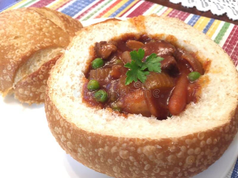 Nötkött Stew In Bread Bowl fotografering för bildbyråer