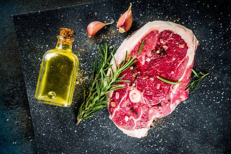 Nötköttbiff eller lammbiff med benet royaltyfria bilder