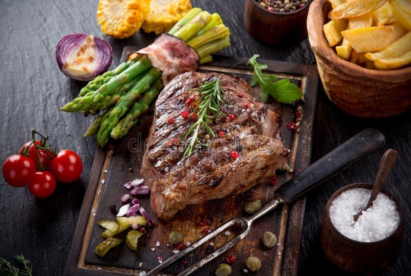 Nötköttbiff på den svarta stentabellen royaltyfria foton