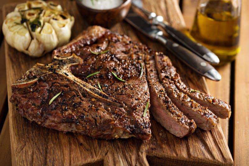 Nötköttbiff som lagas mat på ett galler arkivfoton