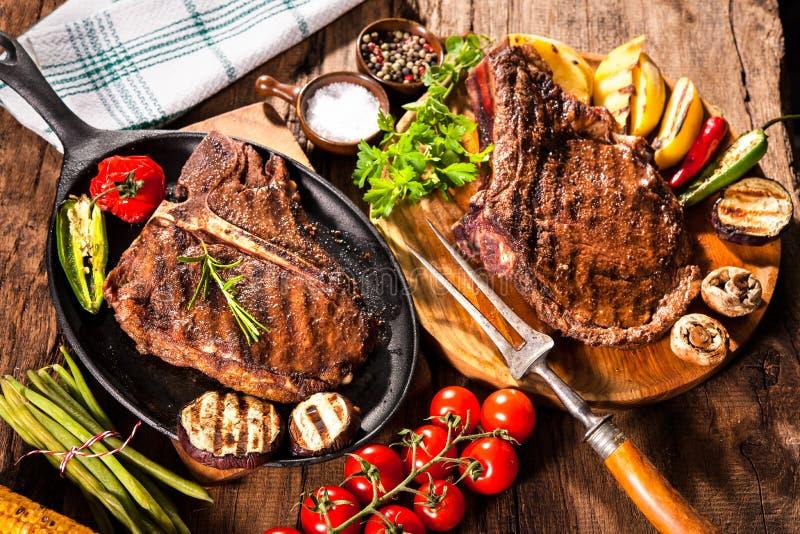 Nötköttbiffar med grillade grönsaker arkivbilder