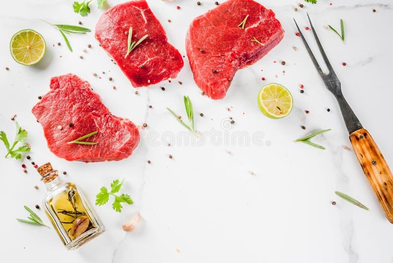 Nötköttbiffar med kryddor arkivfoto