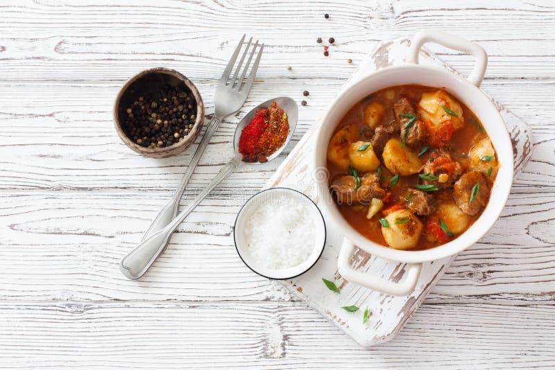 Nötköttgulasch med potatisar, morötter och champinjoner arkivfoton